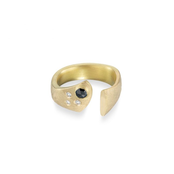 Split forge ring black and white diamonds in yellow gold